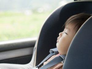車に置き去りにされる幼児