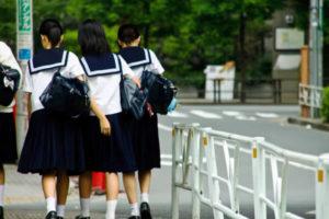 学校へ行く