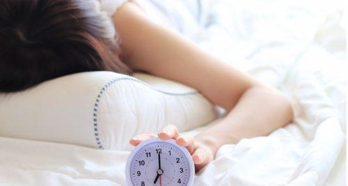 目覚ましで起きる